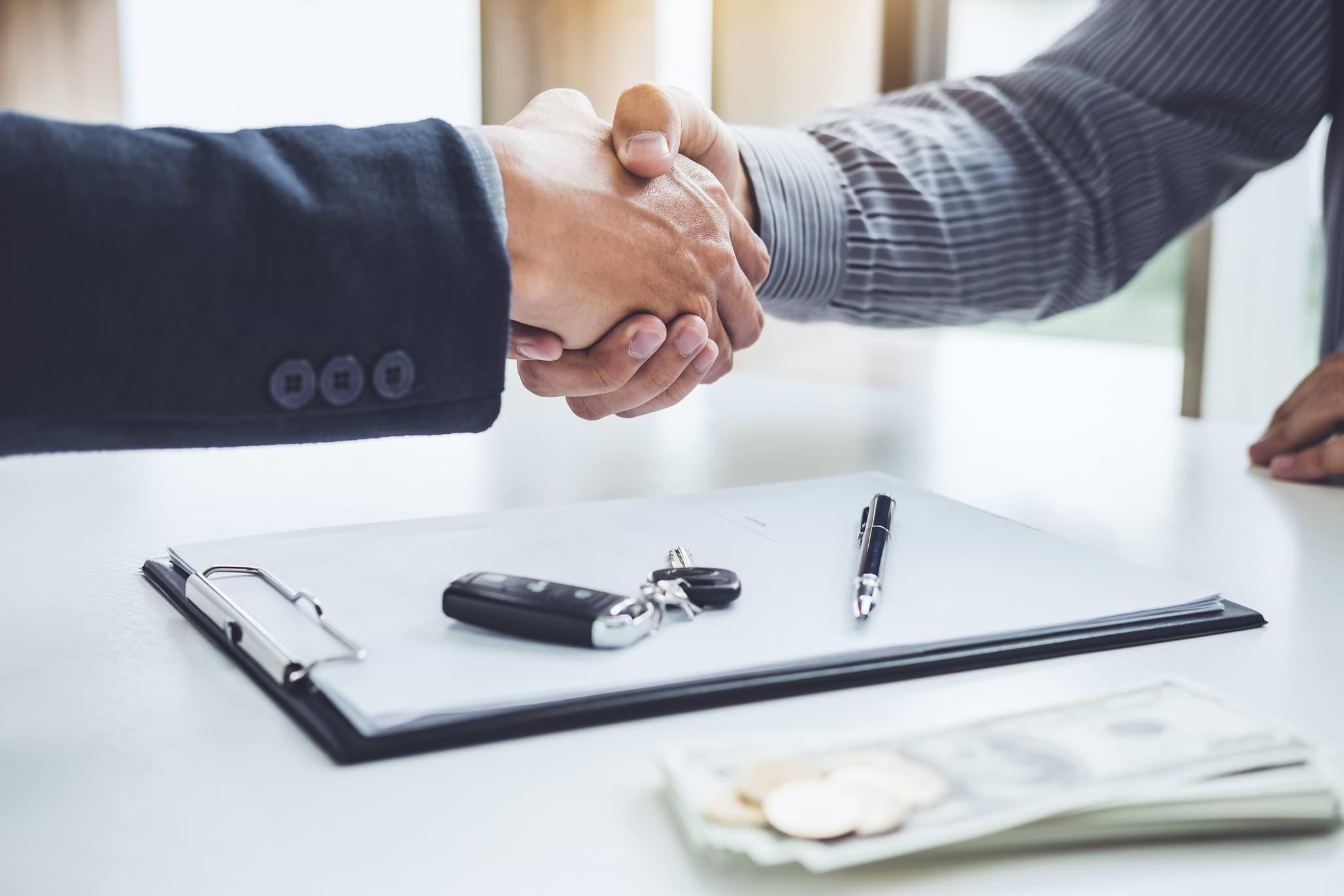 Män skakar hand om köp eller privatleasing av bil